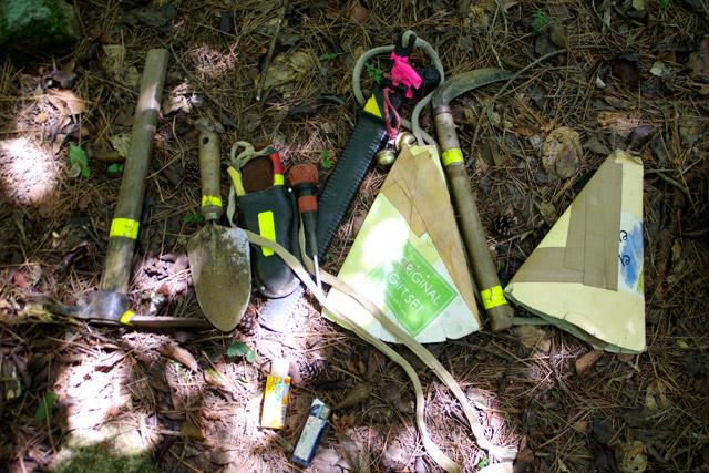 巣を掘る七つ道具。