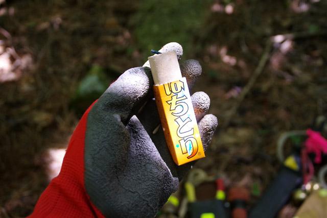 この「はちとり」という花火でへぼを鎮圧していく。手袋をしているのは私の手だから。