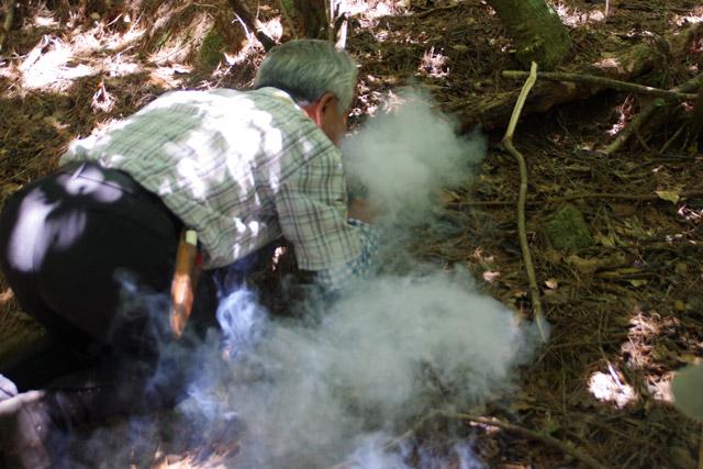 フーフーと吹いて、穴に煙を送り込む。巣が奥にありそうなら多めに、手前なら少なめに。素人にはその加減が全く判断つかない。