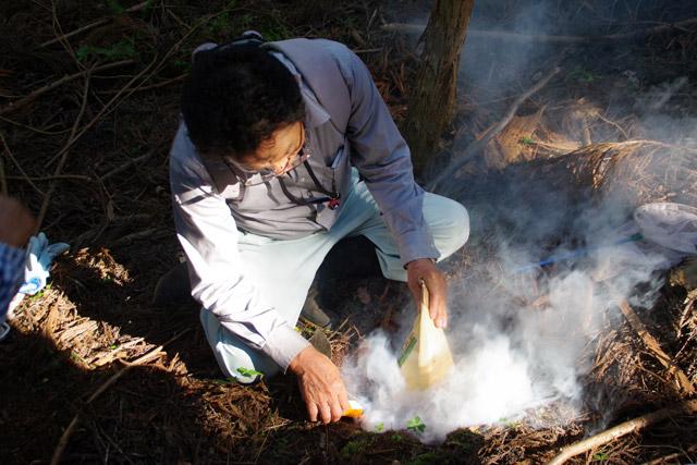 七つ道具にあった謎のメガホンは、煙が弱くてへぼが動き出してしまった時、追加の煙で眠らせるためのものだった。