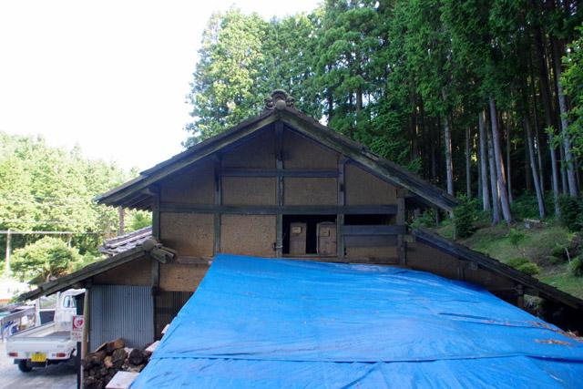 屋根裏はへぼを囲うために壁がぶち抜かれている。