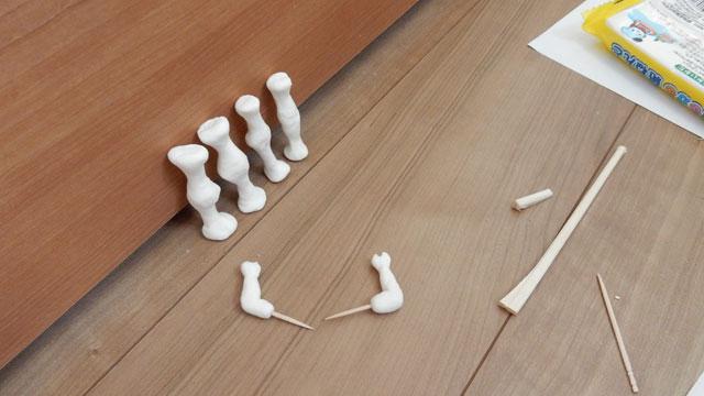 紙粘土でちまちま作る。