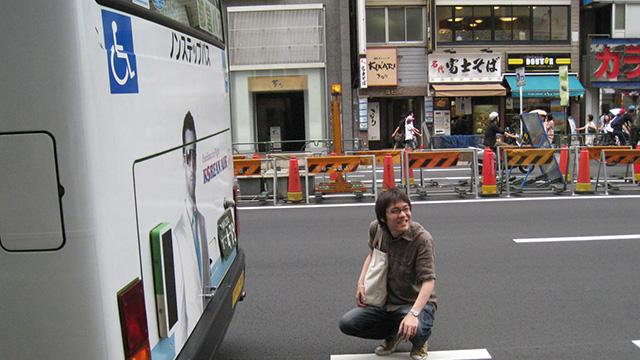 バスの排気口にて。ぜんぜん暑くない(ただし有毒)