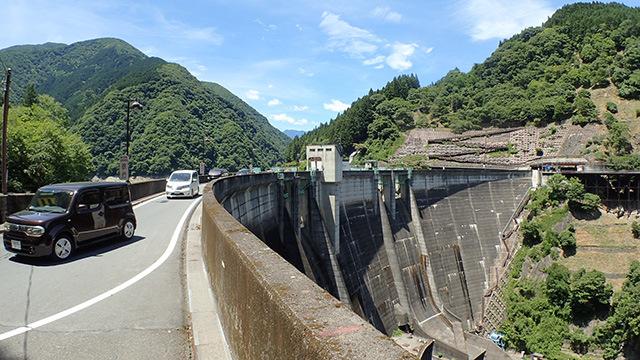 ダムの堤体の上を車が走ります。