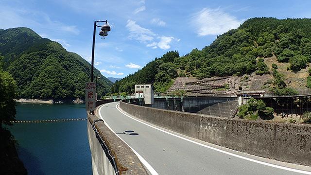 ダムなので片方はダム湖、片方は断崖です。