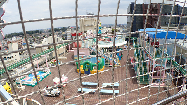 金網越しに川越の街を見下ろす。
