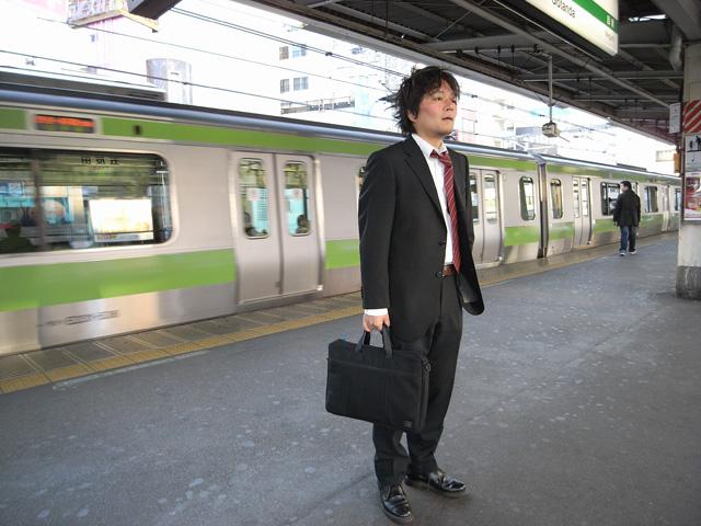 ほほを赤く塗っただけで「乗り過ごしたので逆向きの電車を待ってる人」に!