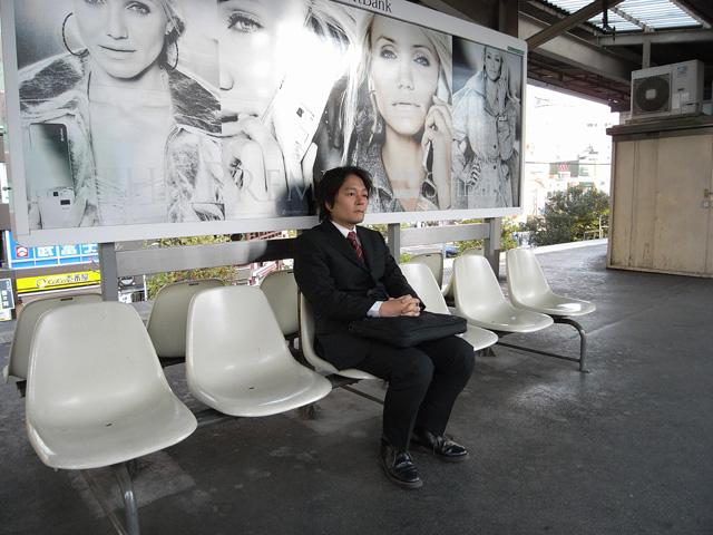 電車を待つサラリーマン