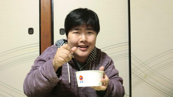 牛丼を向かい合って食べているイメージ。画像はこちらの記事から</a>。
