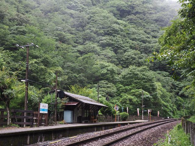 駅から見えるのは、ただひたすらに山