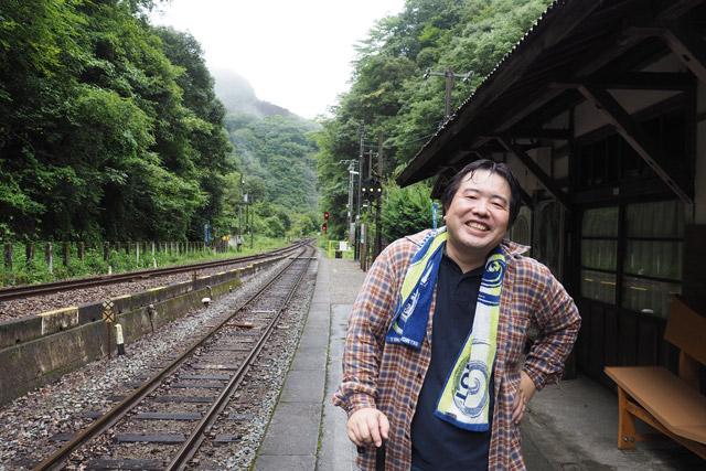 駅で出迎えてくれたこの方が、山下啓司さん。なんと幼稚園から中学校まで、10年にわたり坪尻駅を通学に使っていたという。帰省のタイミングで案内してもらえることになった