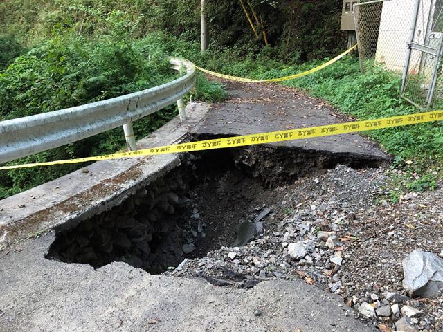 そういって見せてくれた写真には、ぽっかり空いた大穴が。平成30年7月豪雨の影響がこんなところにも。というか大ごとじゃないですか、これ