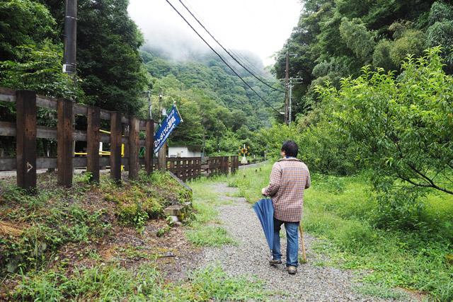 次は駅を出て左の道へと進む