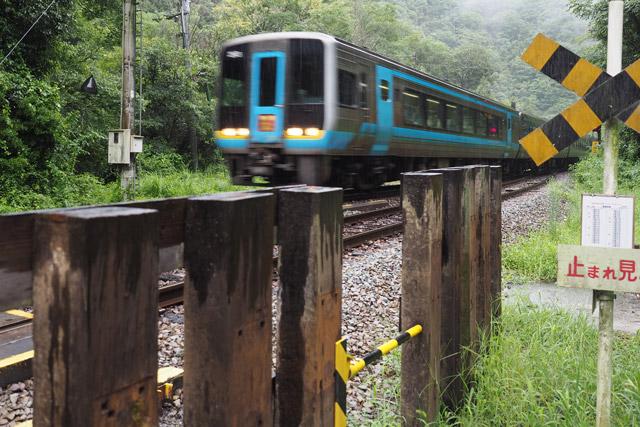 「止まれ見よ」のところに列車の通過時刻が貼り出されているので、列車が来ないことを確認して渡るのだ。もちろん列車接近のアナウンスなんてなく、いきなり特急が高速で通過していくので気が抜けない