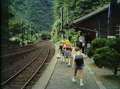 山下さんが小学生だったころ、NHKで放送されたという坪尻駅の番組を見せてもらった。何を隠そう、ここに映っている子どもが山下さんらしい(NHK・ふるさとのアルバム『スイッチバックのある駅』より)