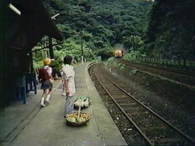 当時は野菜を売りに行く行商の人も多かったという。駅の様子は、いまと全く変わってない(NHK・ふるさとのアルバム『スイッチバックのある駅』より)