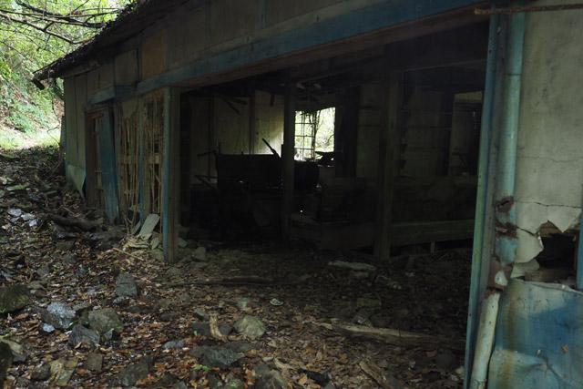 「この廃屋は、僕が通学してた頃から廃屋だったんで……。もうずっと廃屋ですね」