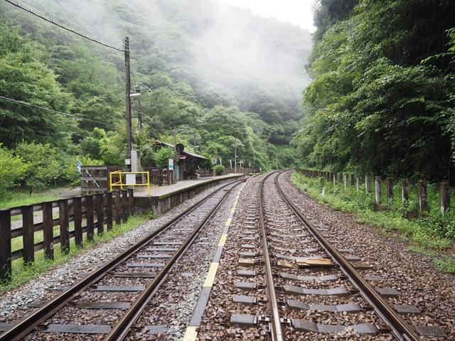 この日は天気が悪く、山を降りている途中で雨が本降りになってきた。しーんと静まりかえった駅周辺に、雨音だけが響き渡る