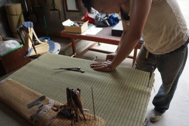 畳表を床に仮留め。