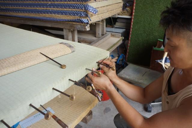 機械で縫うことも多いそうだが、今回は手で縫い上げてもらう。