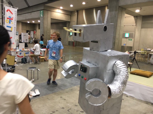 なので踊るだけではなく、ボタンを押すとピロピロの出るロボットになった