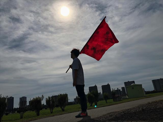 写真を見て「旗の汚れ大事!」と叫んだ。男の過去の戦歴が見えるようだ。「この都市(まち)は…僕が守るよ」とか言いそう。