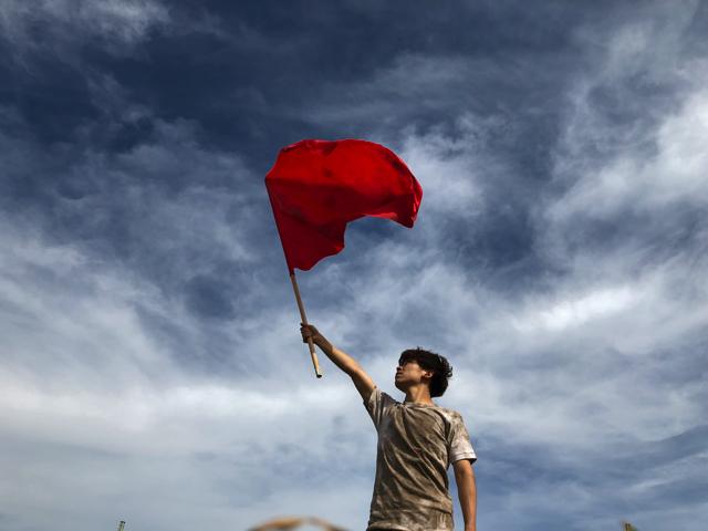 よすぎた。「旗撮影の正解はこれだ」と確信した。空背景に汚れを身にまとい、旗を持つ。はい正解。