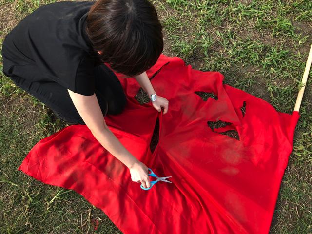 ここまできたら、もう全部ボロボロにしてしまおうと服も旗も破いてみることにした。戦いはさらに激しさを増していく。