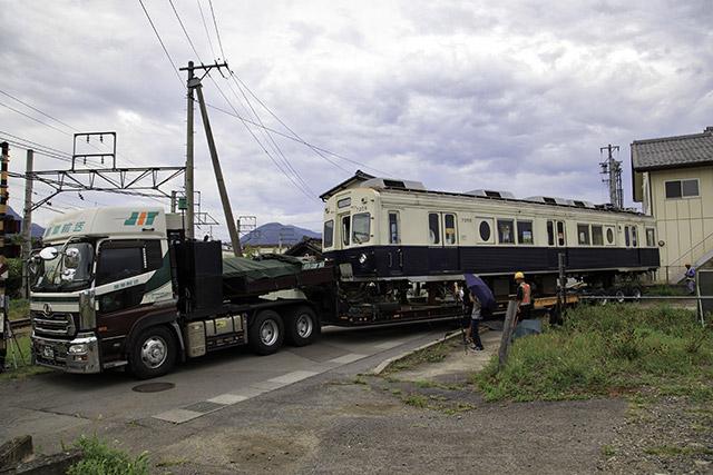 線路の上じゃないところで電車の顔が見えるとものすごい違和感