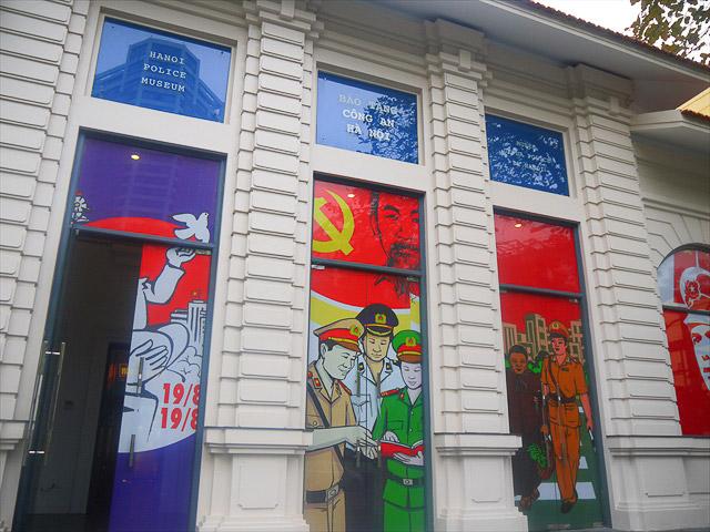 コテコテのプロパガンダアートで公安が描かれている。