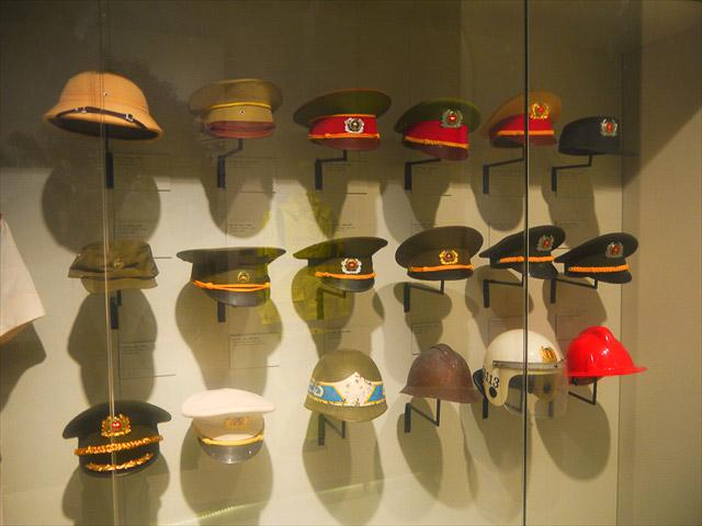 さっそく制帽が並んでいる。