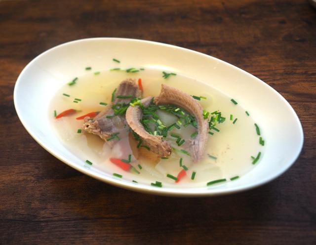 アカマタのスープ。味付けは塩のみだが……うまい!! 予想をはるかに超えて濃厚なダシが出ている。