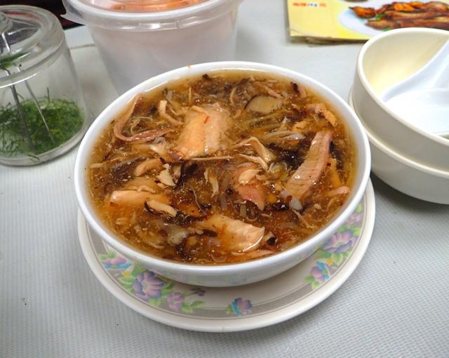 香港で「風邪の予防に効く」として人気を博しているヘビスープ。やはりダシがよく出ていて単純に味自体も良い。この店ではアカマタと同じナミヘビ科に属すヘビが複数種使用されていた。