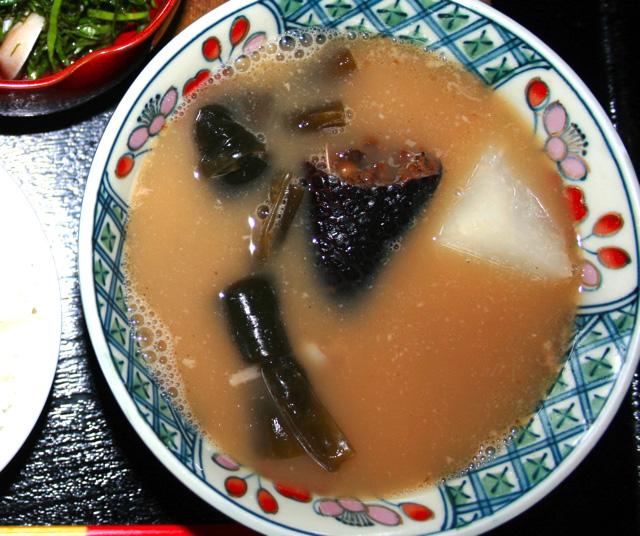現在進行形で沖縄で食されているヘビ料理、イラブー汁。やはりヘビは汁物。これ鉄板。