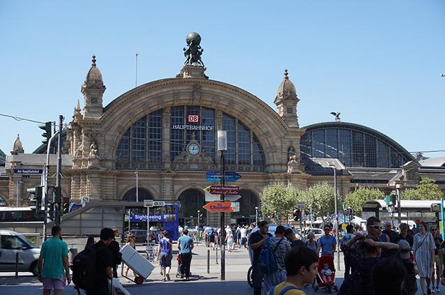 そうしてフランクフルト中央駅にやってきたのだ。日本から12時間くらいかかった。