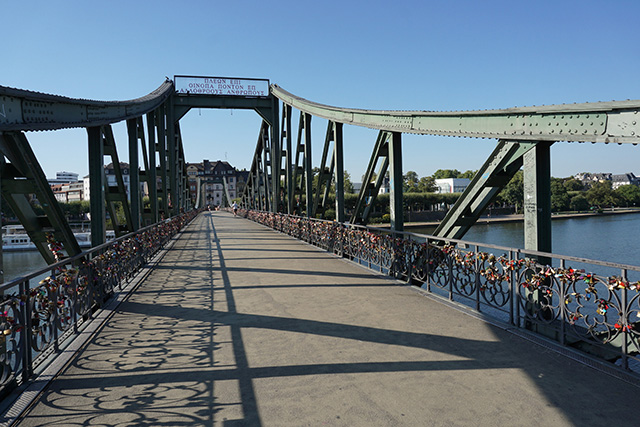 いろんなところに南京錠をつけて恋愛成就を願う橋の写真を見て落ち着こう。