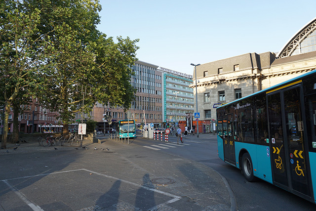 駅前のバスロータリーを抜けて、ホテルが密集しているエリアへ。