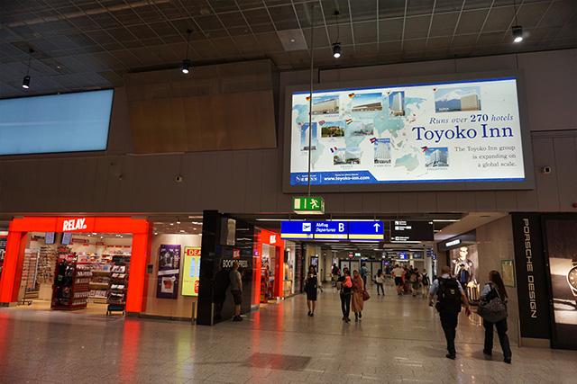 空港に戻ると東横インの立派な広告が出ていることに気づいた。