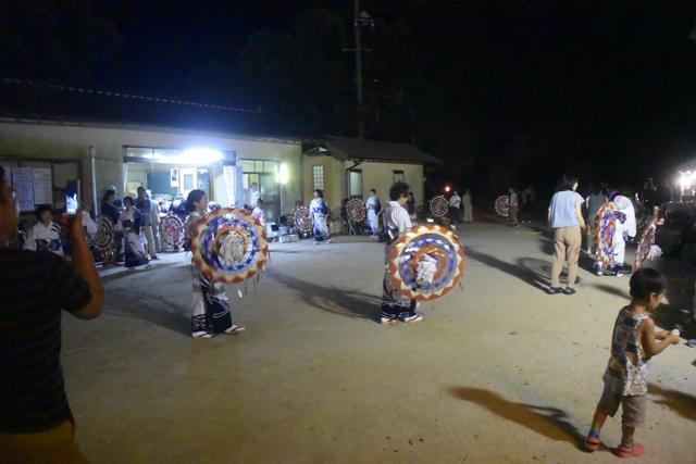 それほど広くない広場で盆踊りが行われていた。