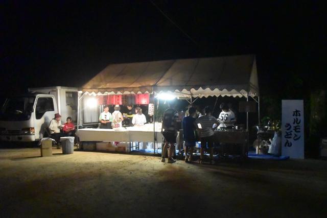 広場には地元の人がやっている唯一の屋台があり、食べ物や飲み物が売られている。