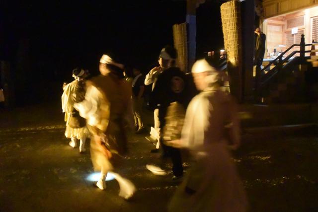 21時半ごろになり、境内にどこからともなく数人の修験者(山伏)がゾロゾロと現れる。