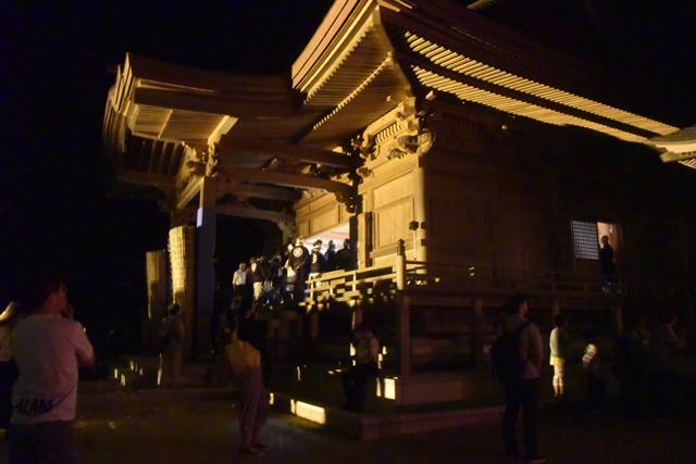 最後の法螺貝(三番螺)が鳴らされたのが23時頃。お揃いの黒い衣装を纏った人々がお寺の本堂に集まる。