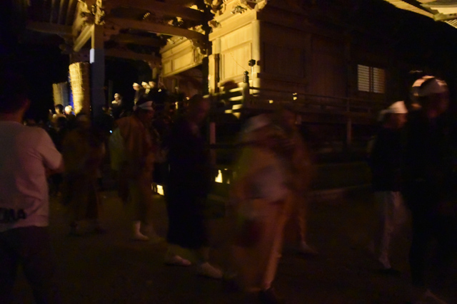 本堂に集まった人々はその後、列になって山のほうへゆっくり歩きはじめた。