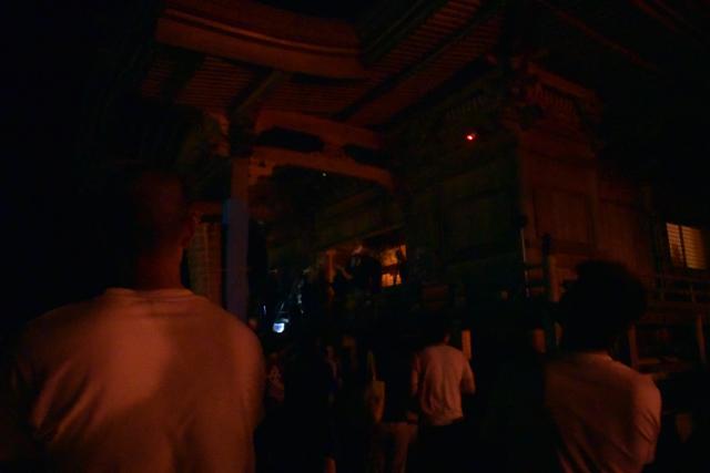護法実が本堂に入ると照明が落とされ、あたりは真っ暗に。
