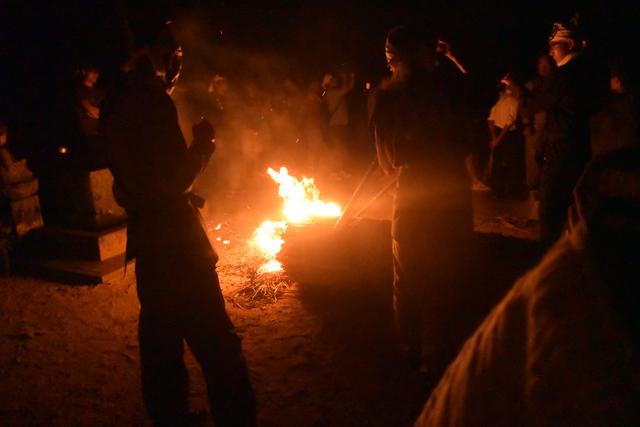 一方、境内では先ほど本堂の両側にあった竹の束が倒され、火が点けられる。