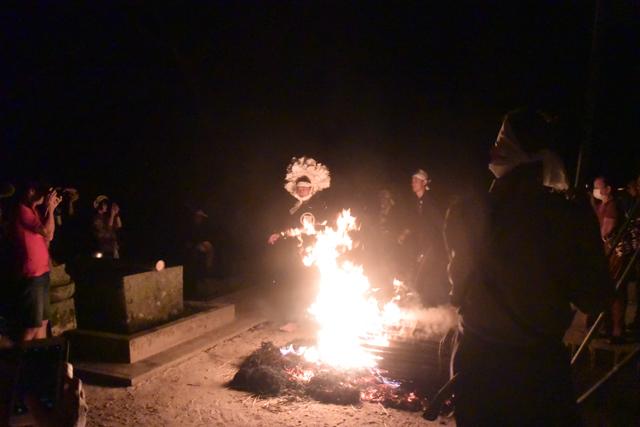 似たような構図が続くが、フラッシュが焚けないのでこの火の周りだけが辛うじて撮影できる。