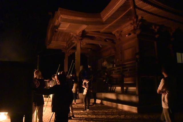 深夜1時過ぎて本堂に入りお遊び終了。見物人からは拍手が巻き起こる。