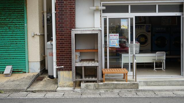 島の中心街、亀津の路地にて。お盆の時期だからか無物販売になっていたところも多かった。