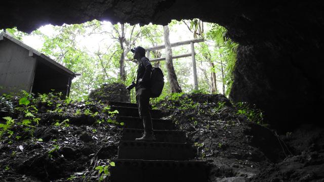 洞窟も回る。
