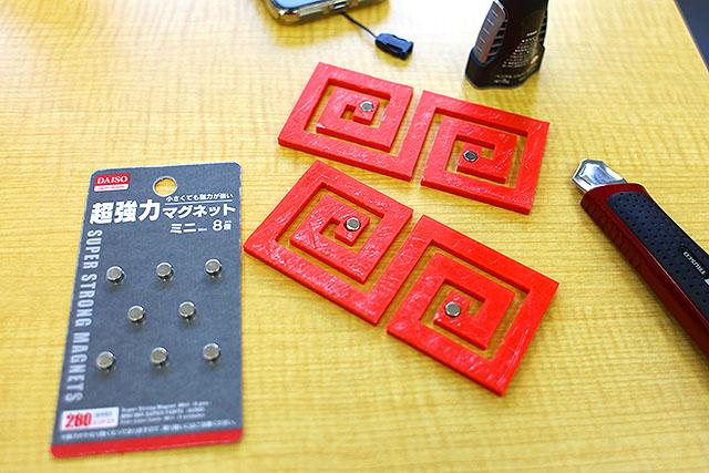 ダイソーの磁石。小さいけど強力なので使いやすい。マグネット式なので簡単に着け外しができます。